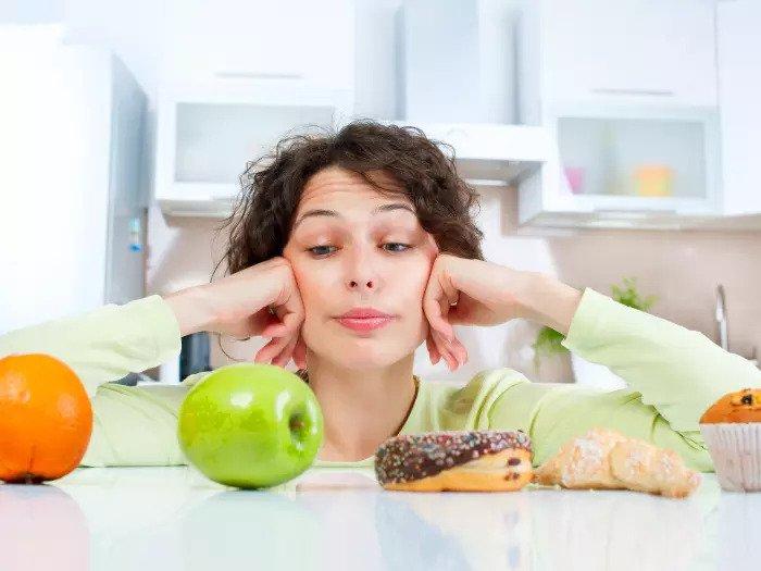 Женщина смотрит на еду