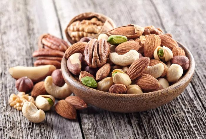 Снижают кровяное давление и содержат полезные жиры, белки и магний. Миндаль и орехи