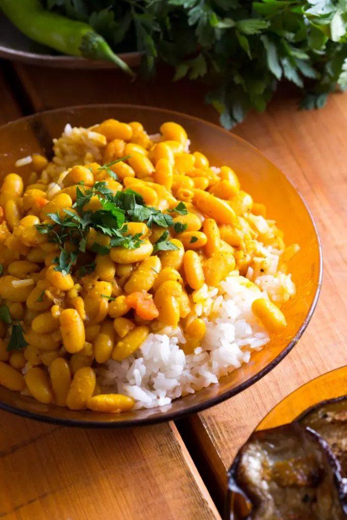 Вегетарианская протеиновая бомба на тарелке. Фасоль и рис