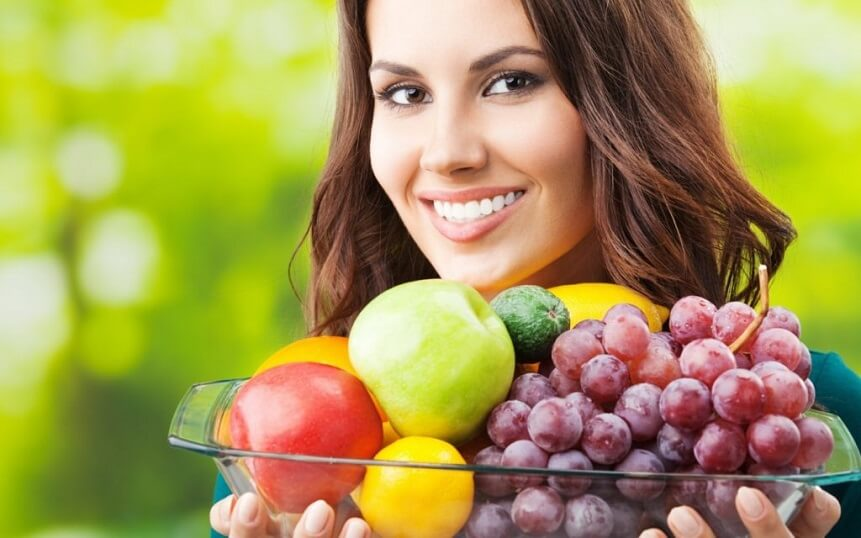 при похудении женщина избегает жирной пищи, простых углеводов