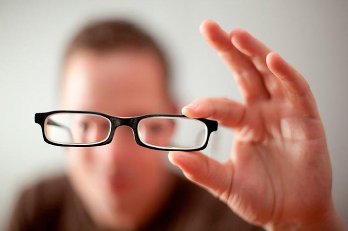 Держит очки