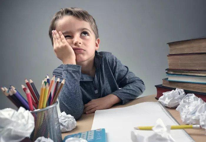 Ребенок делает свою домашнюю работу
