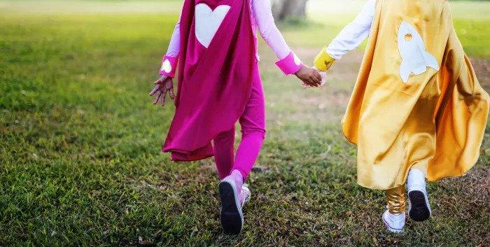 Дети, одетые как супергерои, держась за руки
