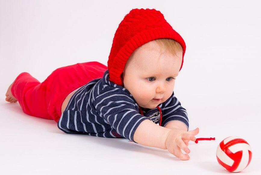 малыша интересуют предметы различной формы, фактуры и цвета