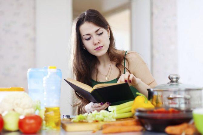 девушка читает меню