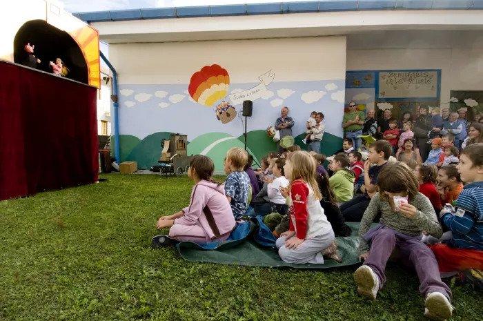 Дети смотрят детский спектакль