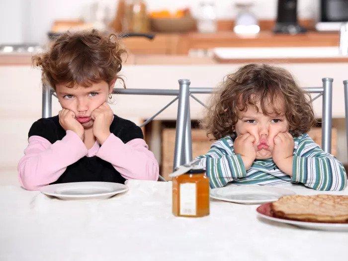 Дети скучают за столом