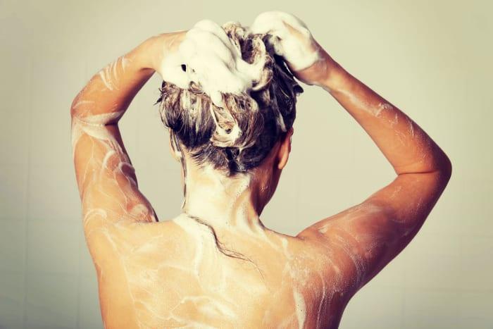 Лучше без порки. Женщина закидывает голову в душ (Иллюстрация: shutterstock)