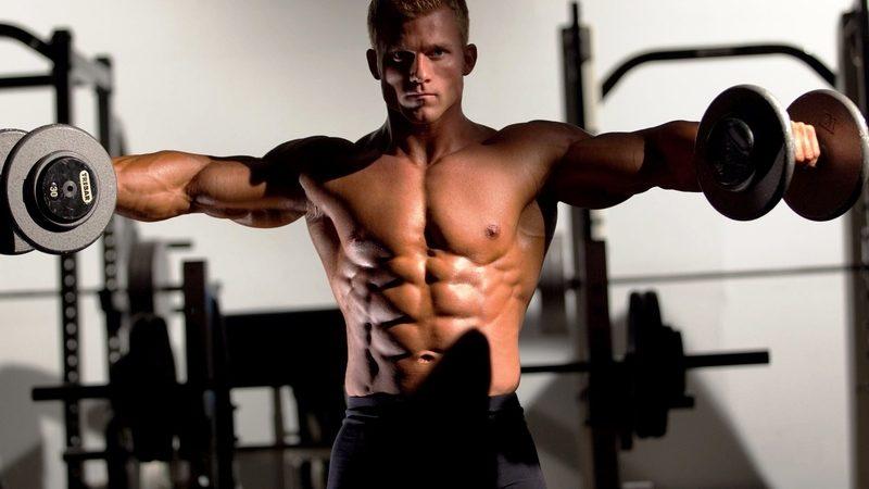 Упражнение для развития мышц рук и спины: подъём гантелей через стороны