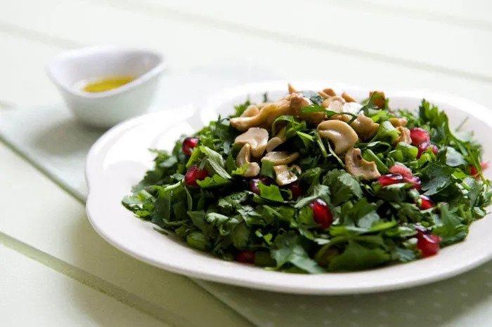 Укрепляет иммунную систему. Зеленый листовой салат и семена