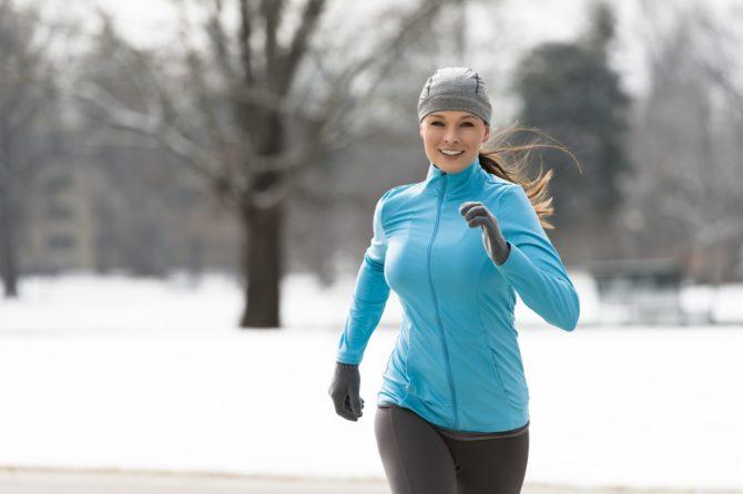 девушка на пробежке зимой