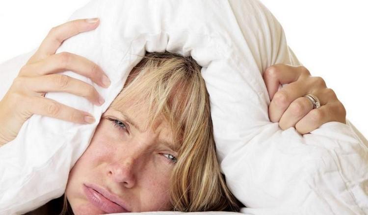 Женщина забралась под подушку