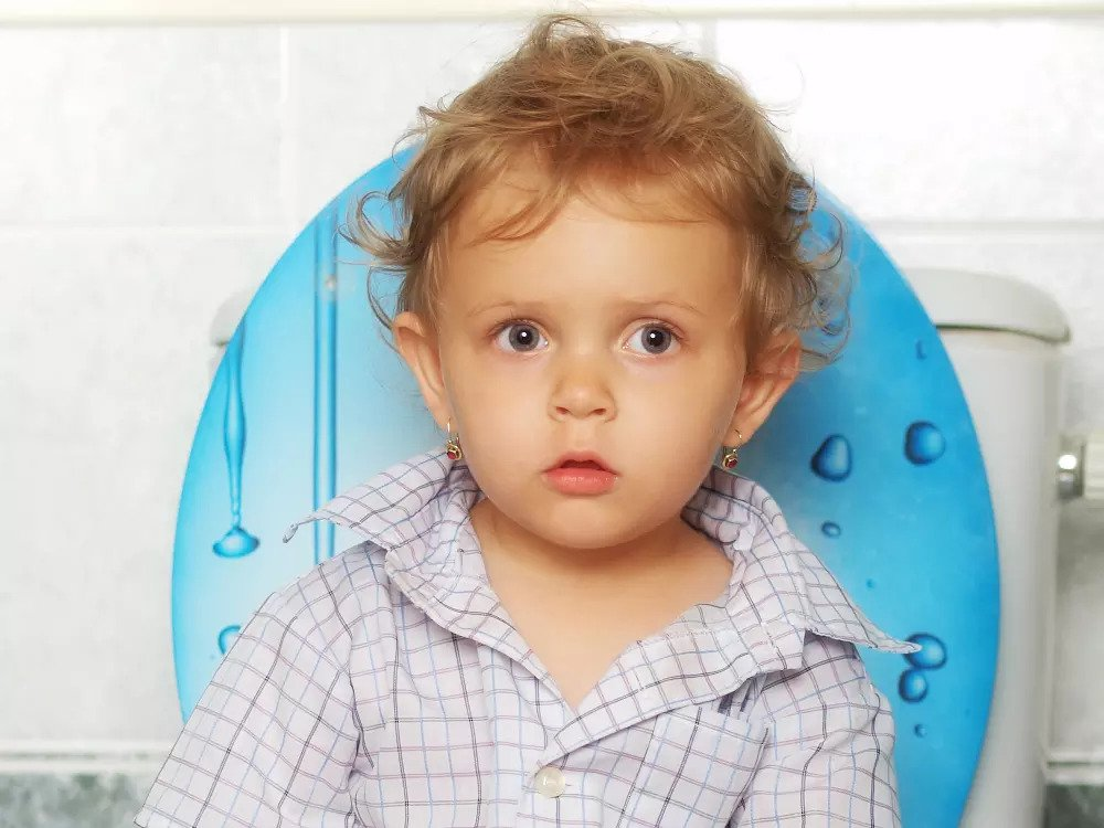 Малыш сидит на унитазе