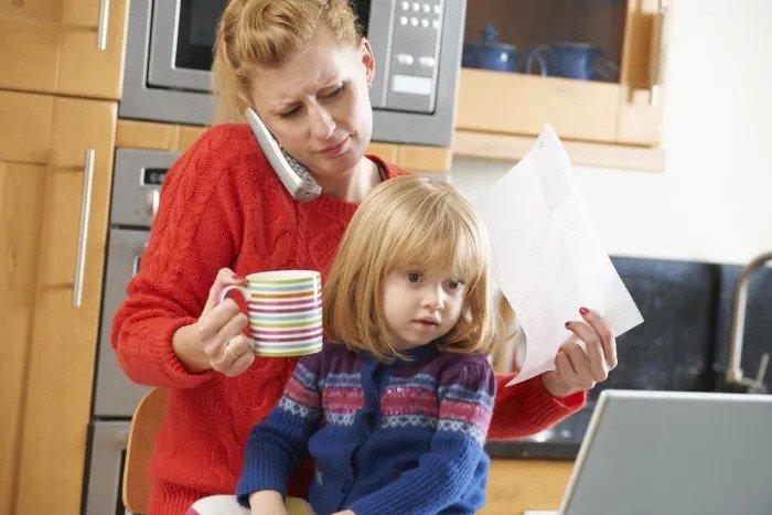 Напряженная мама пьет горячий кофе