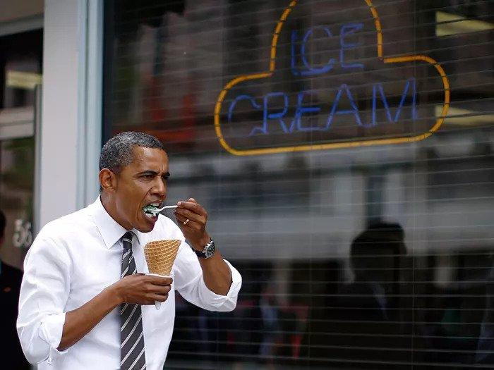 12 июля президент США Барак Обама ест мороженое