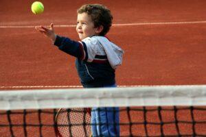Ребенок на тренировке по теннису