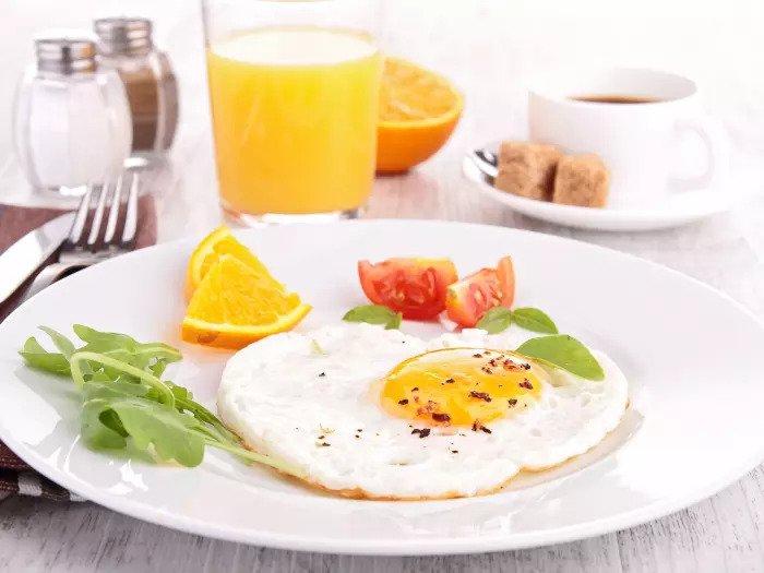 Завтрак с яйцом, помидором, кофе и соком