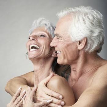 Пожилая пара смеется