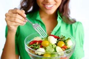 девушка ест овощи