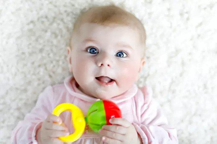 Милый ребенок играет с игрушкой