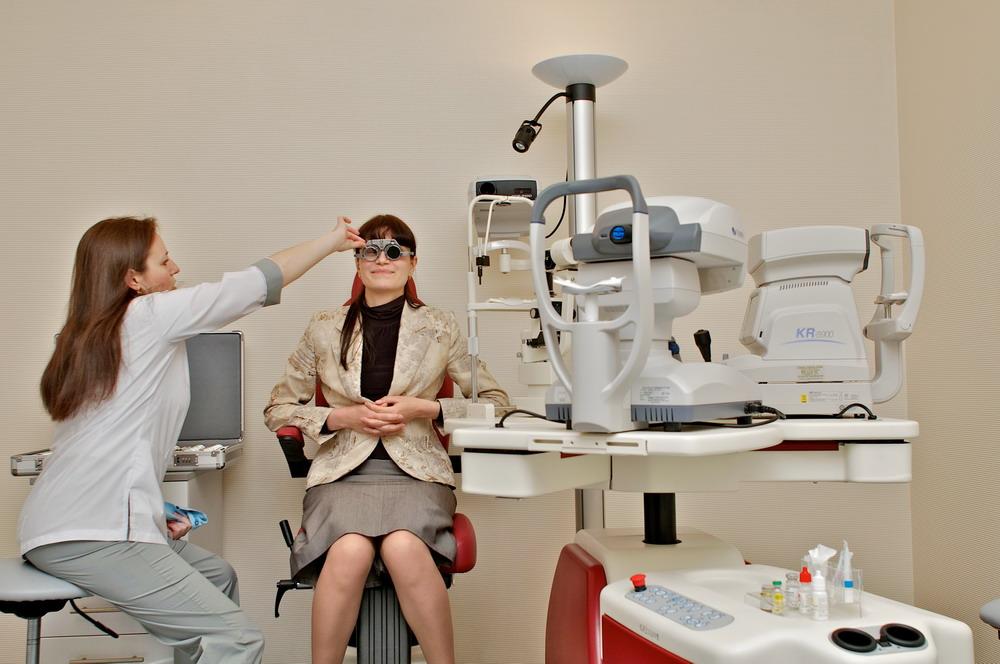 При офтальмологическом осмотре врач