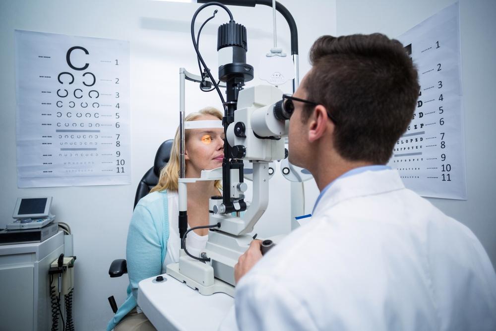 Офтальмолог использует разные методы