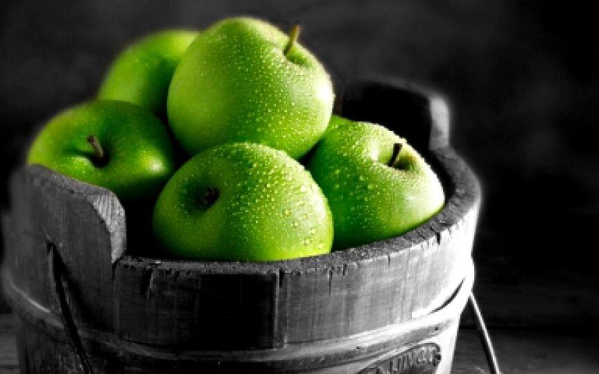первые фрукты - зеленые яблоки