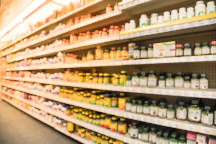 Добавки и витамины на полке супермаркета