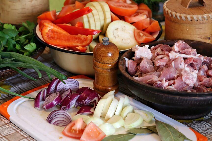 выбираем свежее мясо и овощи
