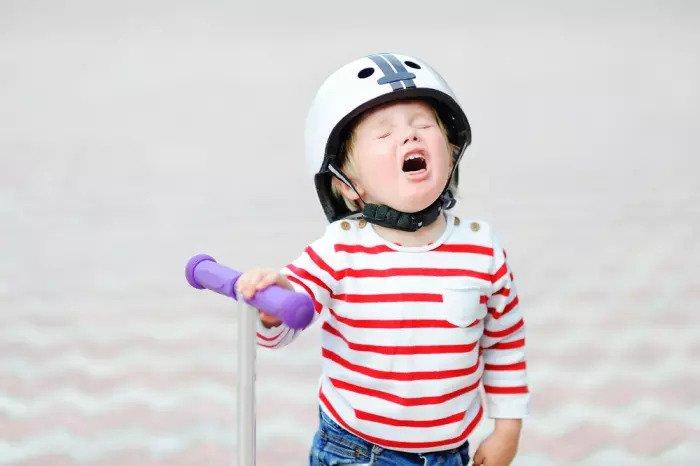 Девушка со шлемом в середине истерики
