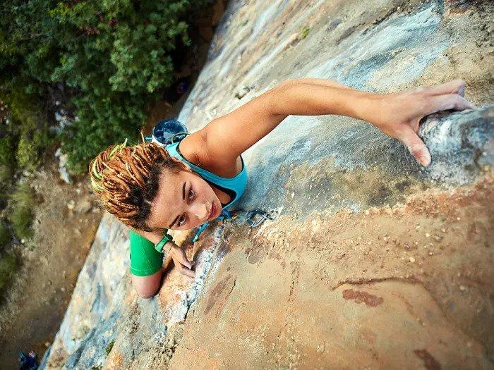 Женщина поднимается на гору