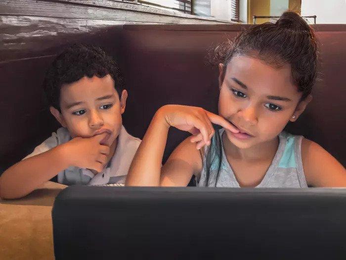 Брат и сестра играют в компьютерные игры