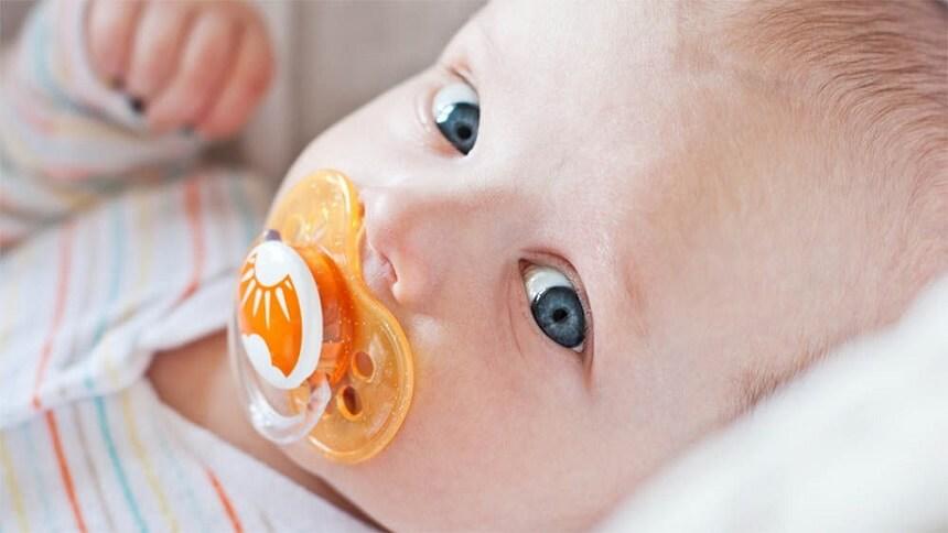 процесс сосания успокаивает малыша