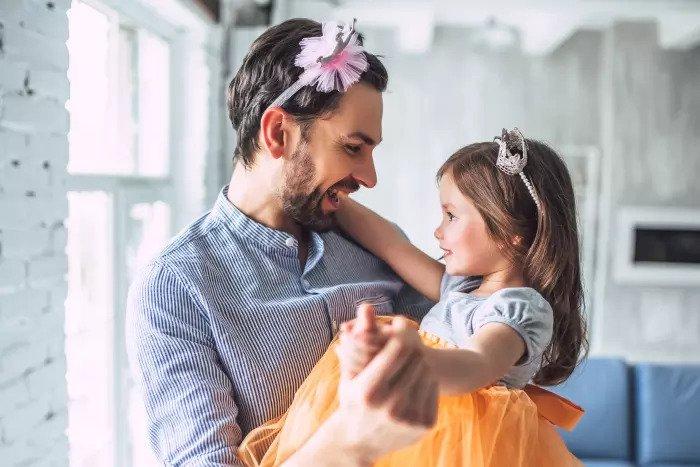 Отец и дочь играют в костюмы