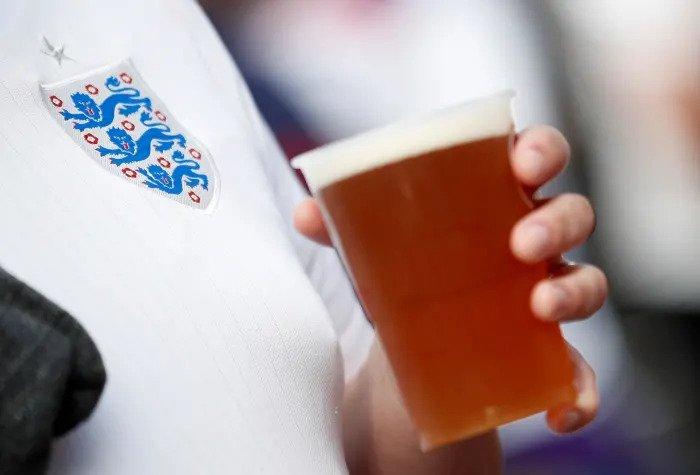 Сборная Англии пьет пиво