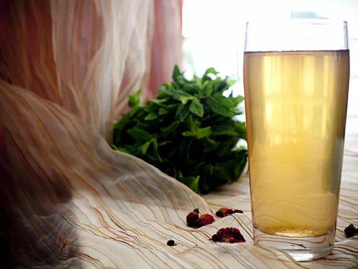 Холодный чай с мятой и кустами роз