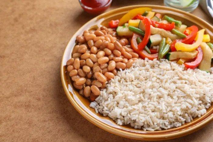 Коричневый рис и бобы