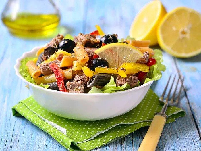 Салат из макарон с тунцом, перцем и оливками