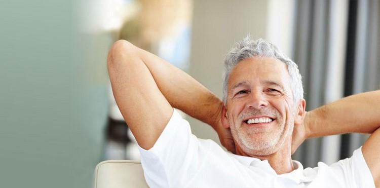 Довольный пожилой мужчина