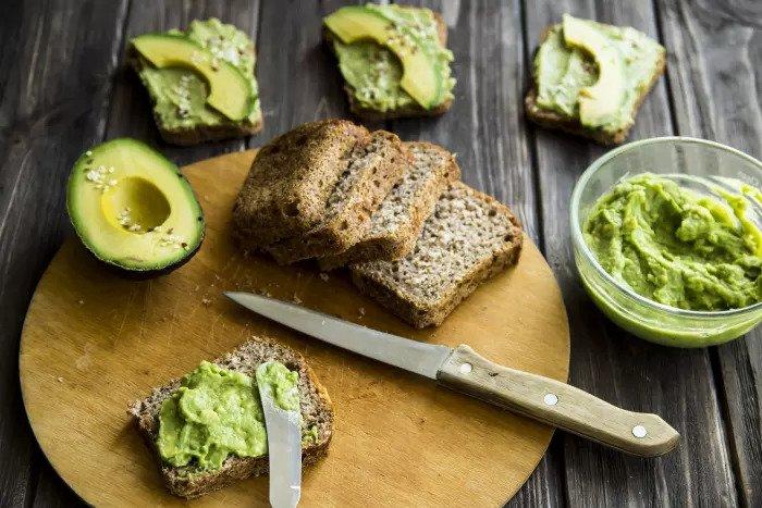 Зеленый гречневый хлеб с авокадо