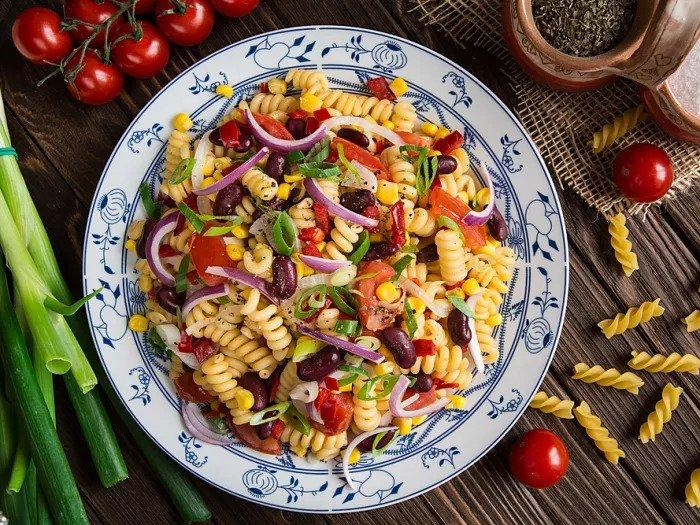 Салат из макарон мексиканской посалии с кукурузой, помидорами черри, луком и фасолью