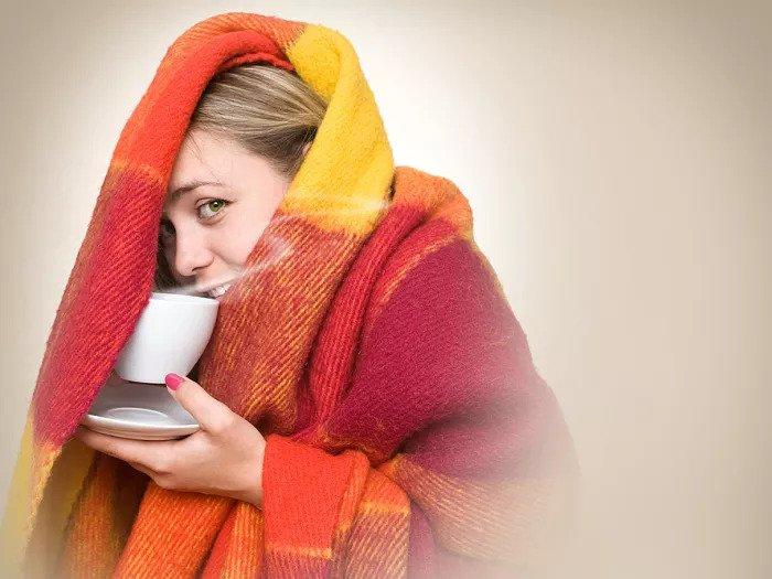 Женщина зимой чувствует
