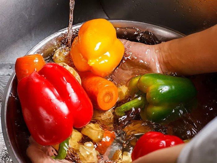 Мытье овощей в воде