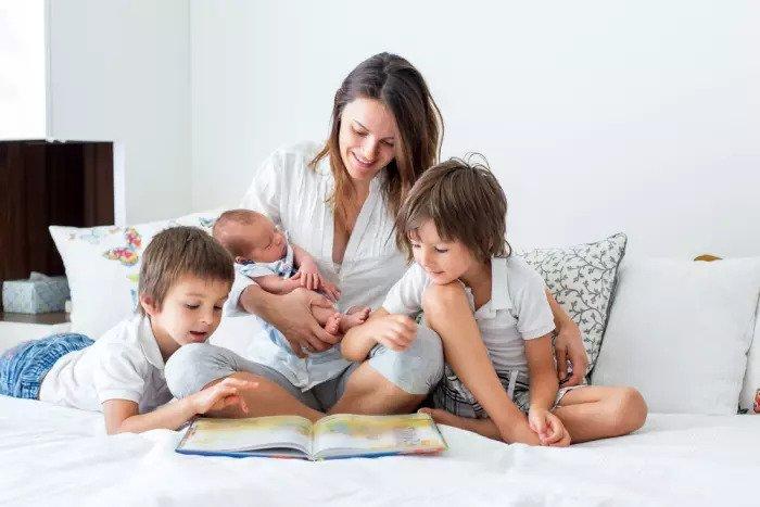 Мать троих детей читает историю