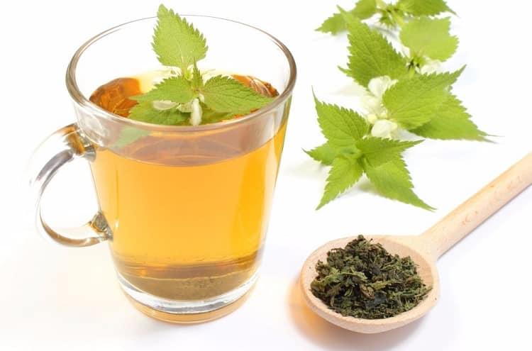 Чай из сухой крапивы помогает