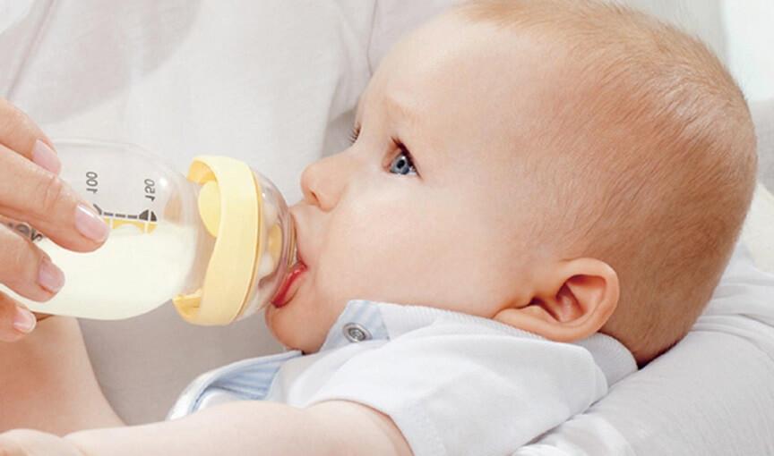 иногда малыш отвлекается, отказывается пить