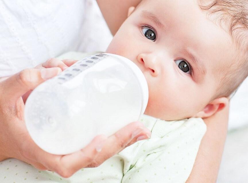 Сцеженное материнское молоко во многом превосходит по качеству искусственные смеси