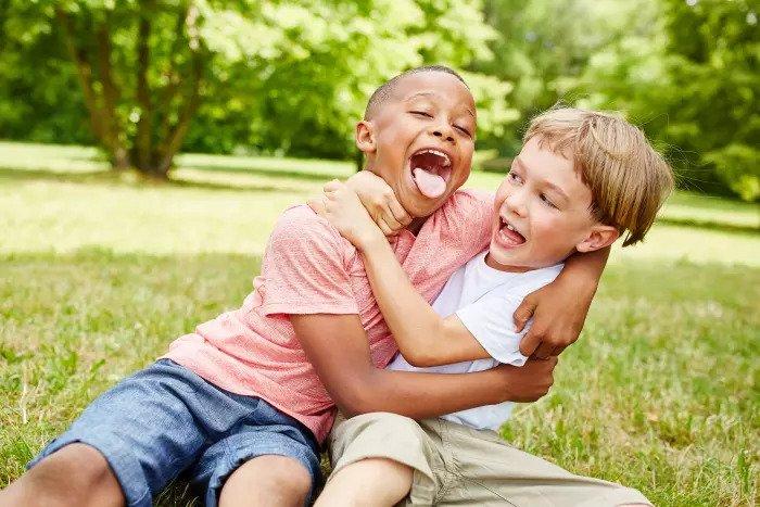 Двое друзей обнимаются