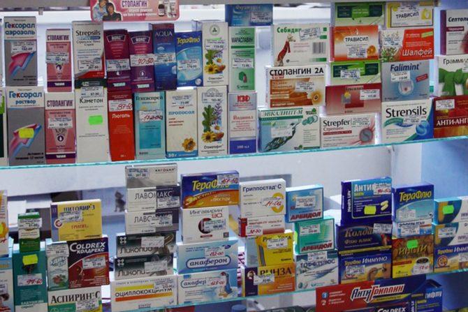 витрина аптеки с лекарствами
