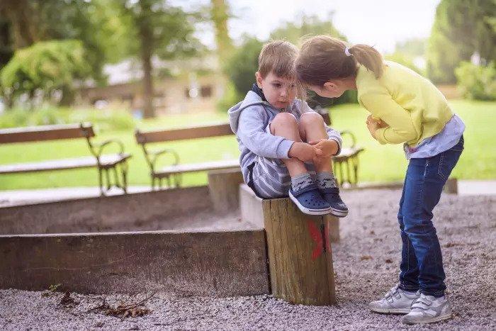 Девочка поощряет грустного мальчика